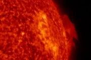 Космическая погода: солнечный протуберанец и большая корональная дыра