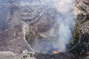 Двое мужчин пережили падение в кратер активного вулкана